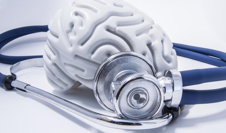brain-model-and-stethoscope