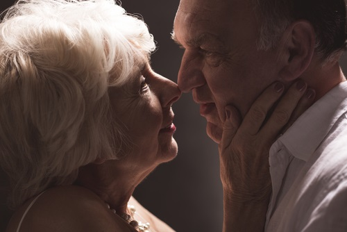 elderly-couple-kissing