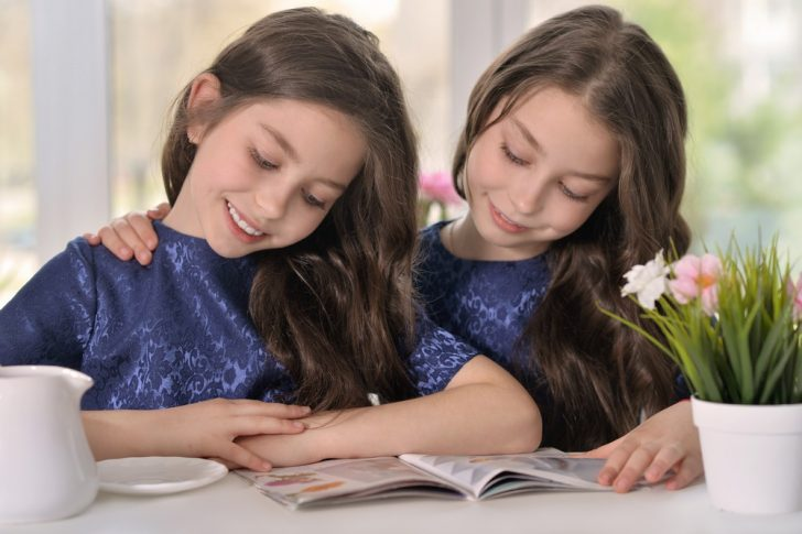 girls-reading-magazine