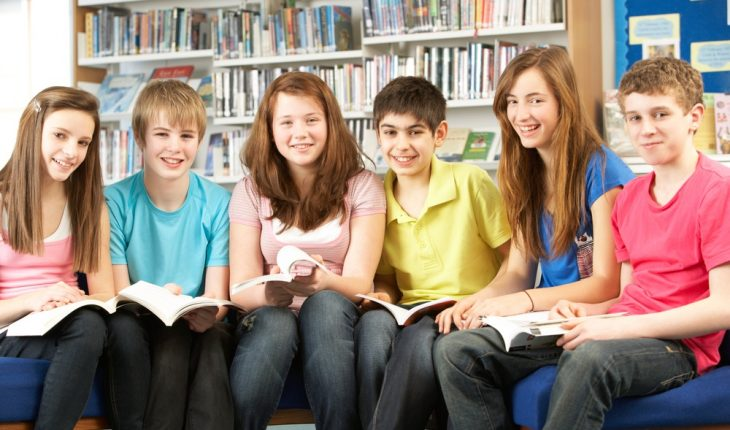 group-of-teenage-students-in-library