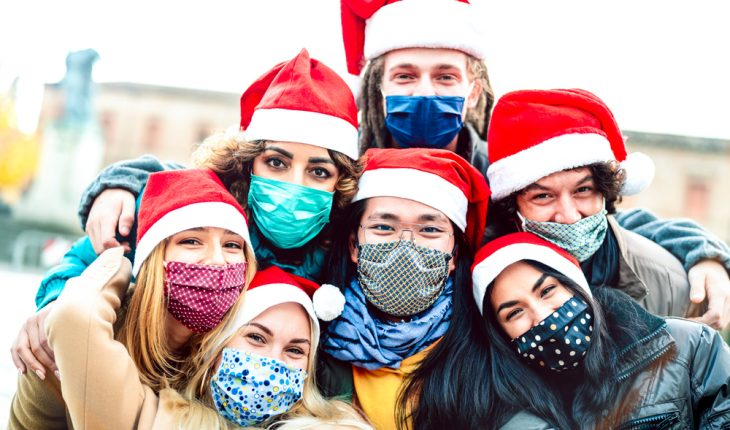 holiday-family-with-masks