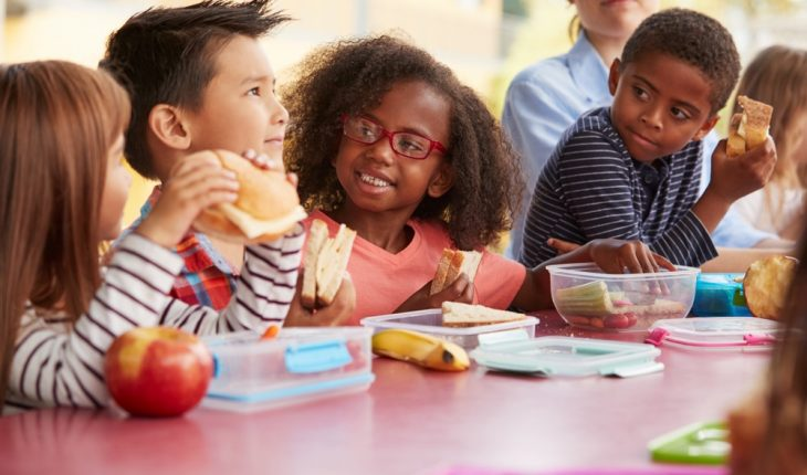 kids-eating-lunch-at-school