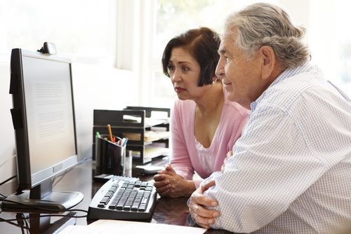 mature-couple-looking-at-computer-puzzled