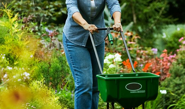Melinda Myers Fertilizing with a Spreader 2012