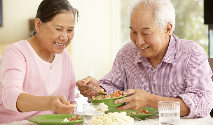 older-couple-having-a-healthy-meal
