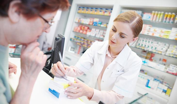 pharmacist-with-customer