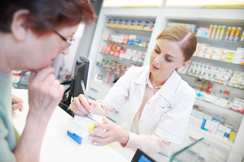 pharmacist-with-customer