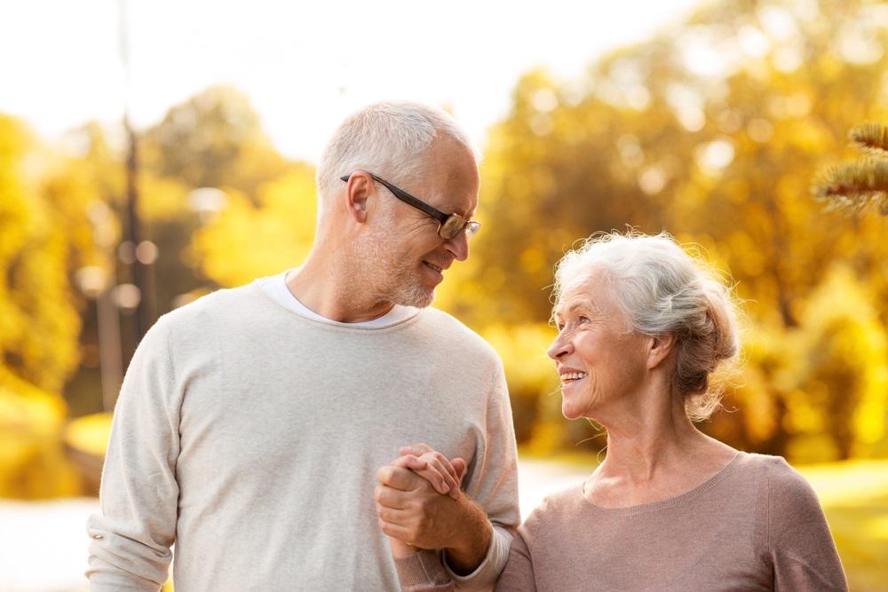 senior-couple-holding-hands