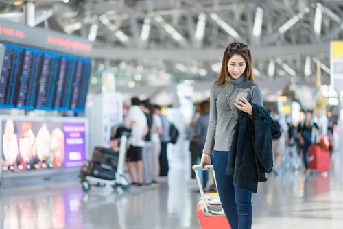 woman-traveling-in-airport