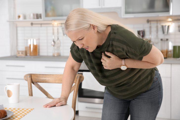 woman-having-chest-pain