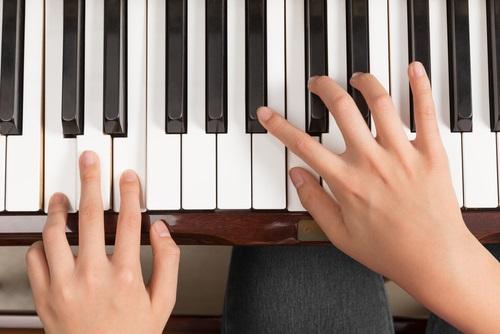 woman-playing-piano