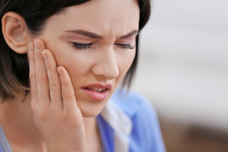 woman-with-jaw-pain
