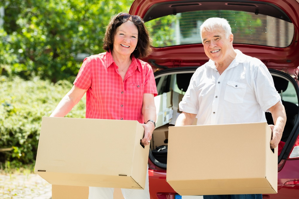 downsizing-couple-with-boxes